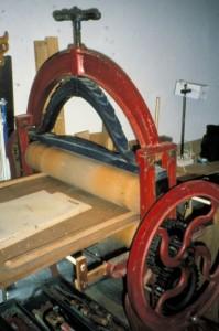 Mangel waarmee een afdruk van de houtsnede op het papier wordt geperst